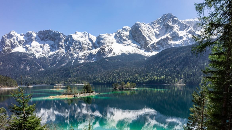 See umgeben von Tannen und Bergen
