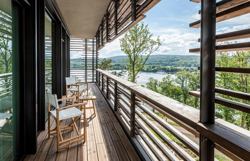 Blick von einer Holz-Terrasse auf See