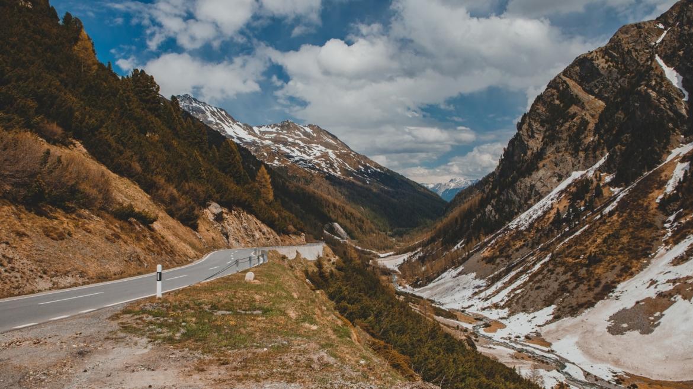 Straße die mitten durch Berge führt