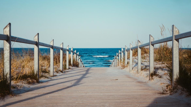 Steg der zum Meer führt